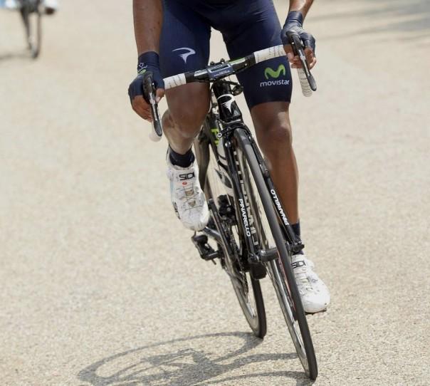 Técnica de pedaleo de pie: cuerpo sobre el manillar y balanceo lateral